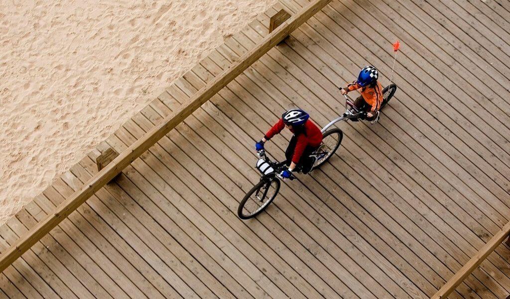 photo-parent-child-riding-bikes