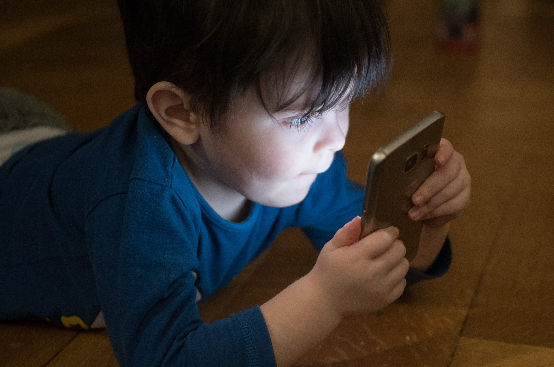 8 Things to Know Before Buying Your Child a Mobile Phone