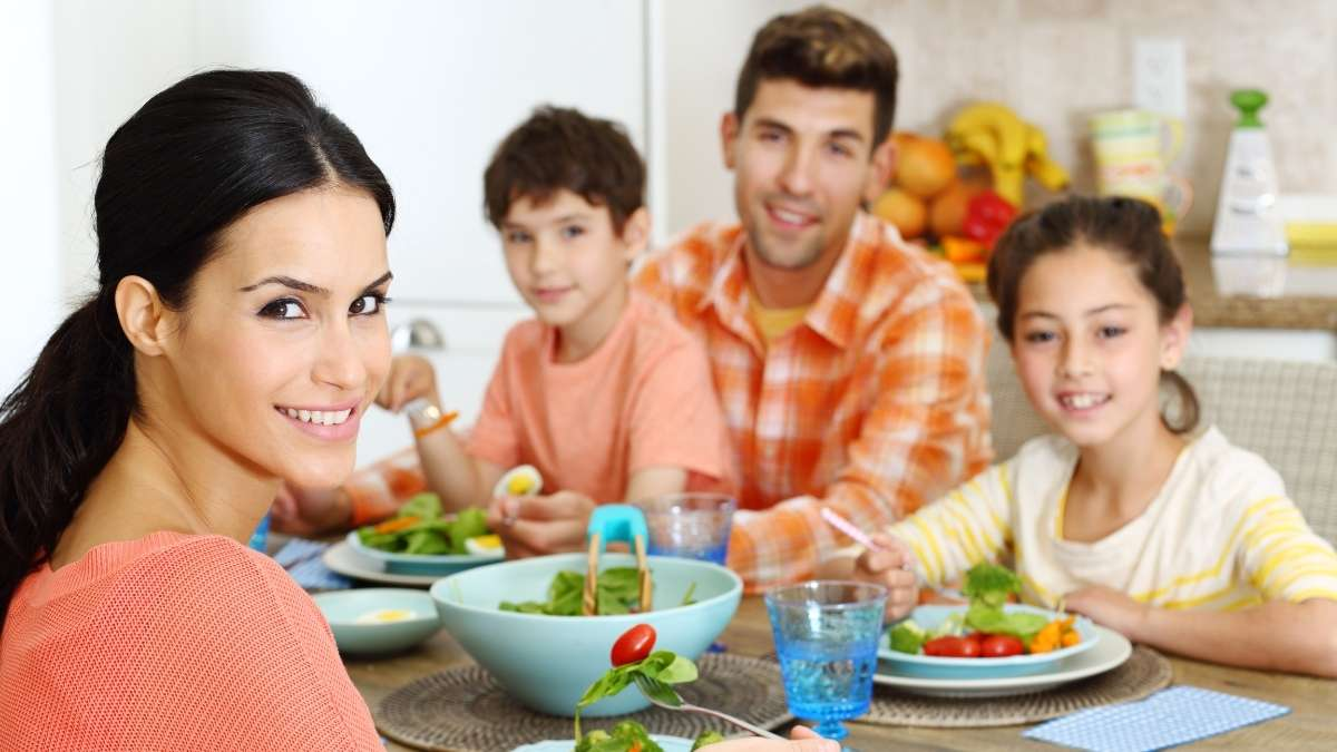 eating as a family creates healthy eating habits for kids