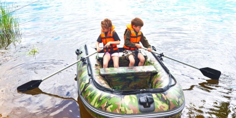 wear your kids with life jacket boating